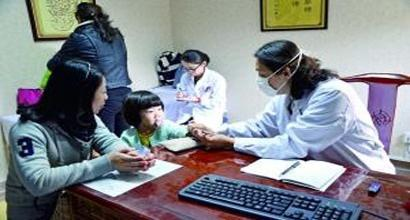 大医院试点开办社区医疗服务 居民追着名医跑回社区