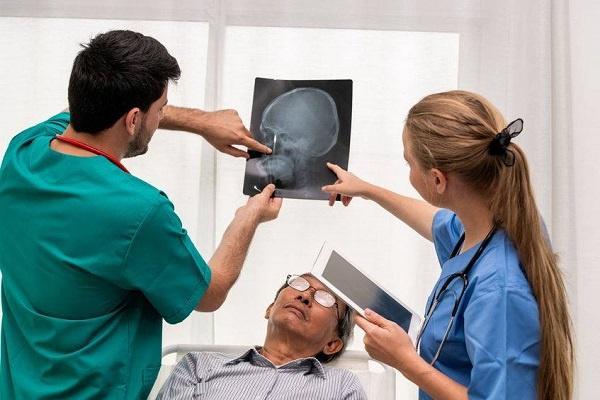 自体颅骨骨瓣酒精保存二期回植76例分析